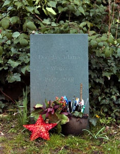 La tomba di Douglas Adams, Highgate east.