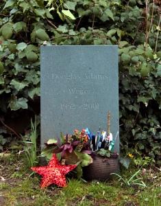 La tomba di Douglas Adams, Highgate east.